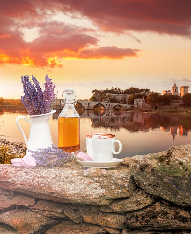 Da alfazema vida ainda com a xícara de café contra a ponte de Avignon em Provence, França foto de stock