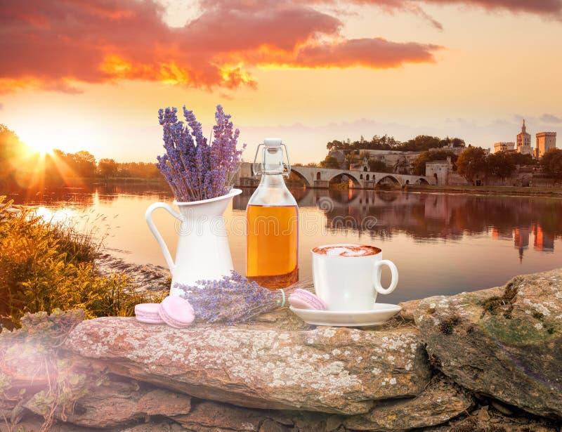 Da alfazema vida ainda com a xícara de café contra a ponte de Avignon em Provence, França fotografia de stock