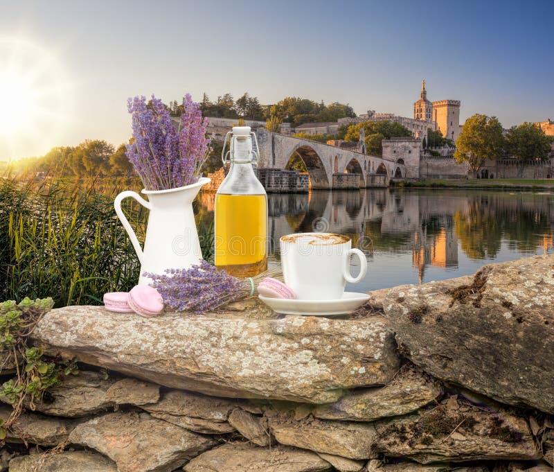 Da alfazema vida ainda com a xícara de café contra a ponte de Avignon em Provence, França imagem de stock