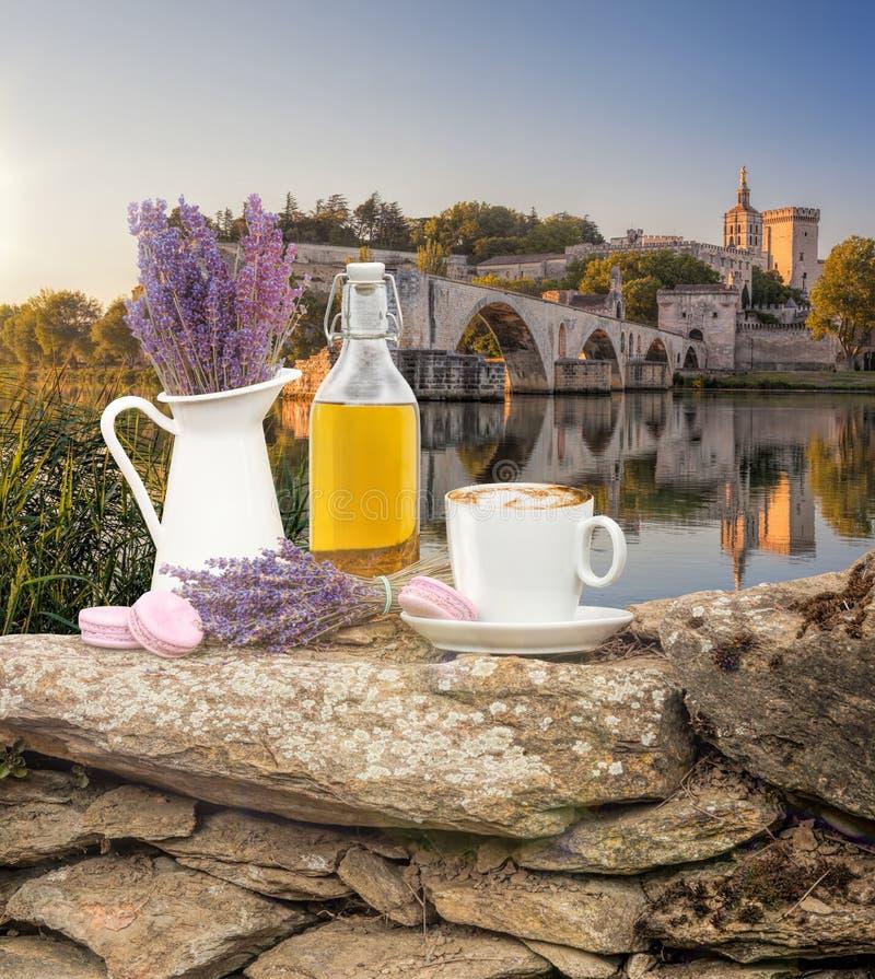 Da alfazema vida ainda com a xícara de café contra a ponte de Avignon em Provence, França foto de stock royalty free