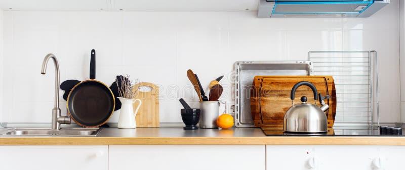 Da bandeira da cozinha mercadorias rústicos da tabela dos pratos da vida ainda imagem de stock
