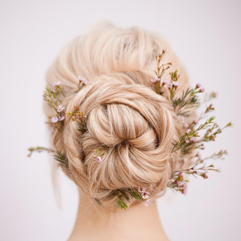 Da cabeça opinião fêmea para trás Faça um penteado elegante com pétalas imagens de stock