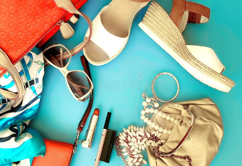 Da carteira cosmética vermelha branca da curva do chapéu da bolsa de Ring Earring das sandálias do verão dos acessórios dos cloth fotos de stock royalty free