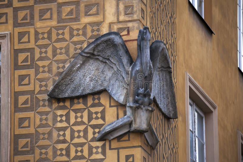 ` 1705 da casa do pelicano do ` na cidade velha do quadrado do castelo A cidade velha em Varsóvia é local do patrimônio mundial d fotografia de stock
