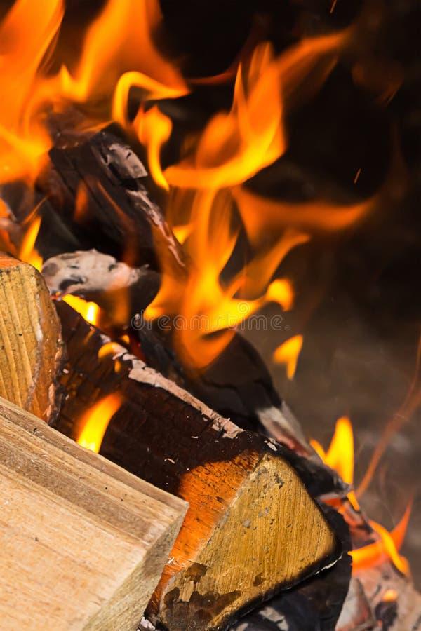 Da chama alaranjada brilhante da lenha do fogo do projeto da base foco vertical do fundo no fundo do primeiro plano foto de stock