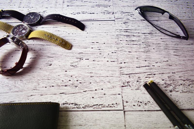 Da composição luxuosa do estilo de vida da carteira dos óculos de sol do relógio dos acessórios de forma dos homens fundo de made fotografia de stock royalty free