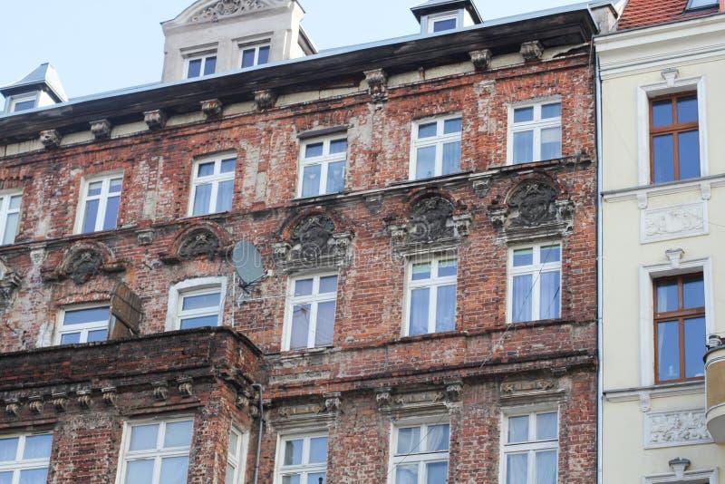 Da construção clássica da fachada do tijolo vermelho da arquitetura do vintage opinião dianteira imagens de stock