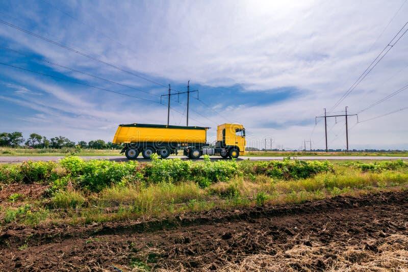 Da cor amarela vai na estrada asfaltada imagens de stock