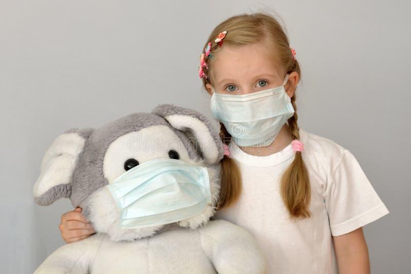 Da criança epidêmica da medicina da gripe da menina da criança da criança máscara médica fotos de stock royalty free