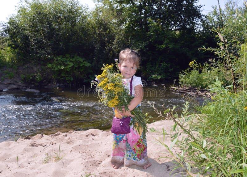 Da criança feliz adorável do bebê das crianças da infância da paisagem do verde do verão n do divertimento da criança wat novo pe fotografia de stock royalty free