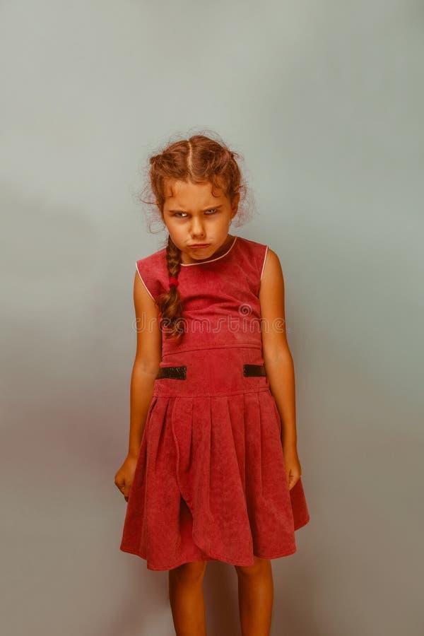Da década europeia da aparência da menina olhares severos irritados sobre imagem de stock royalty free