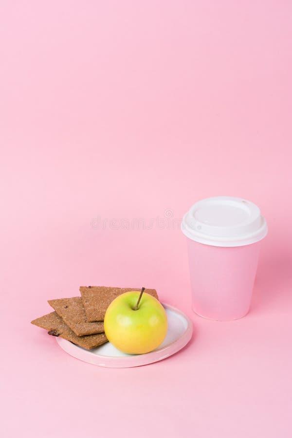 Da dieta saudável do café da manhã da forma do conceito pão friável, maçã e fotografia de stock