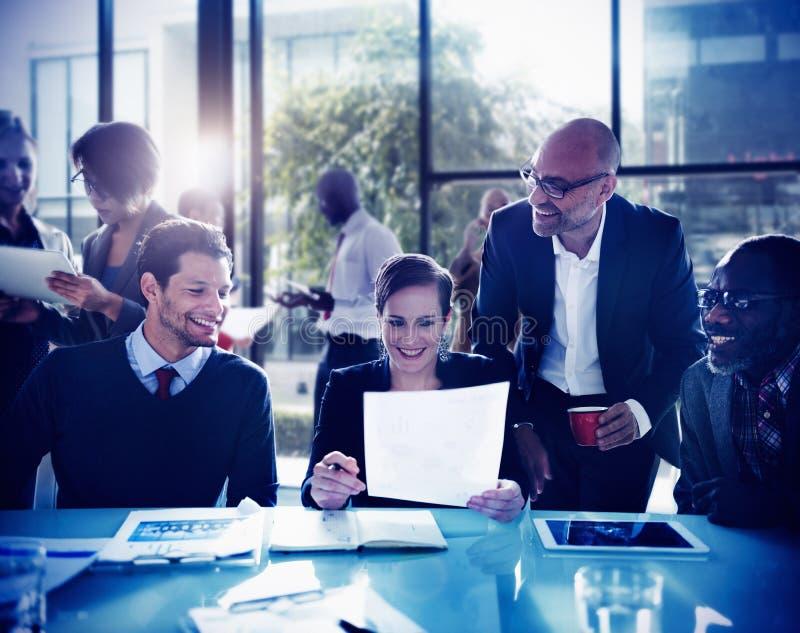 Da discussão da diversidade da reunião executivos do conceito da sala de direção fotos de stock royalty free