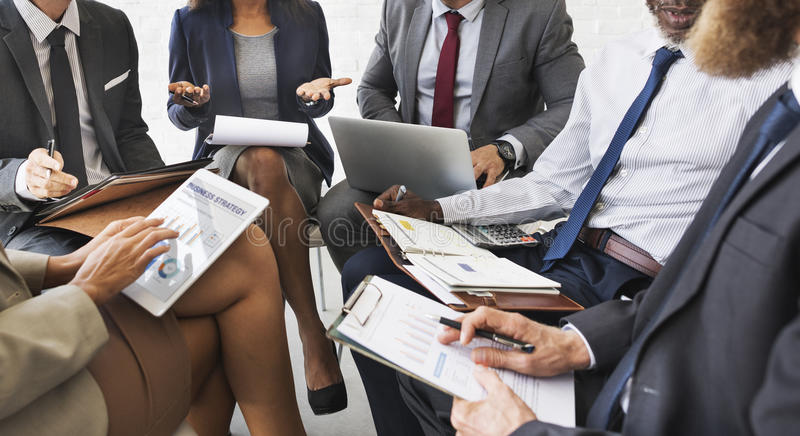 Da discussão do plano de marketing executivos do conceito da reunião foto de stock