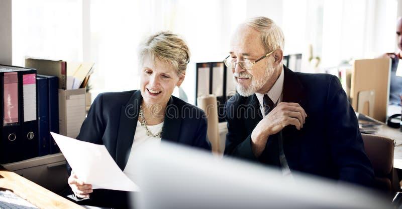 Da discussão executivos adultos superiores do conceito do plano de marketing imagens de stock