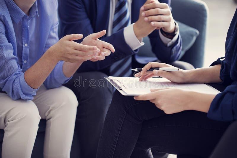 Da discussão executivos do conceito de trabalho do conselheiro imagens de stock