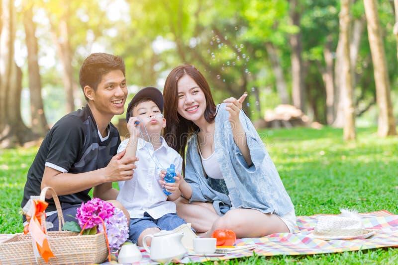 Da família da felicidade do jogo do divertimento do feriado fundo exterior asiático do parque junto fotografia de stock