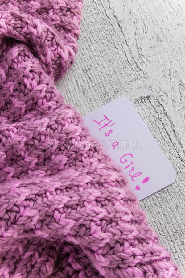 ` Da festa do bebê ele ` s um ` da menina, cartão da celebração na cobertura cor-de-rosa acolhedor com espaço para o texto fotos de stock