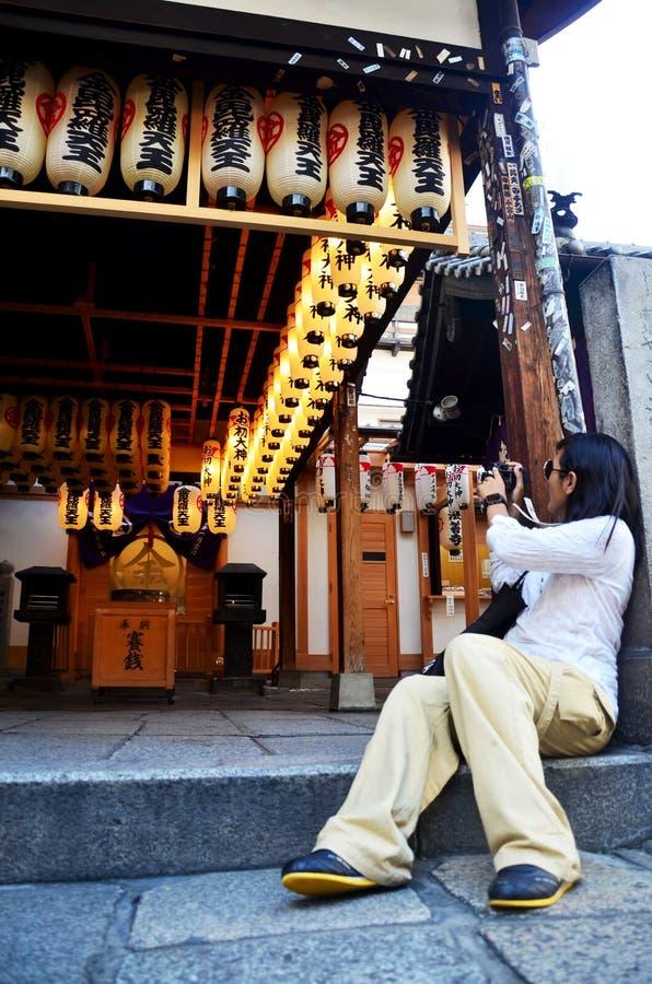 Da foto tailandesa do tiro da câmera do uso da mulher do viajante lanterna japonesa o foto de stock