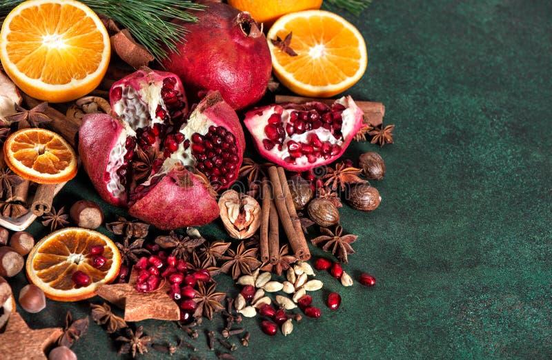 Download Da Fruto El Vino Reflexionado Sobre Los Ingredientes De Las Especias De La Naranja De La Granada Foto de archivo - Imagen de vino, cinamomo: 100528284