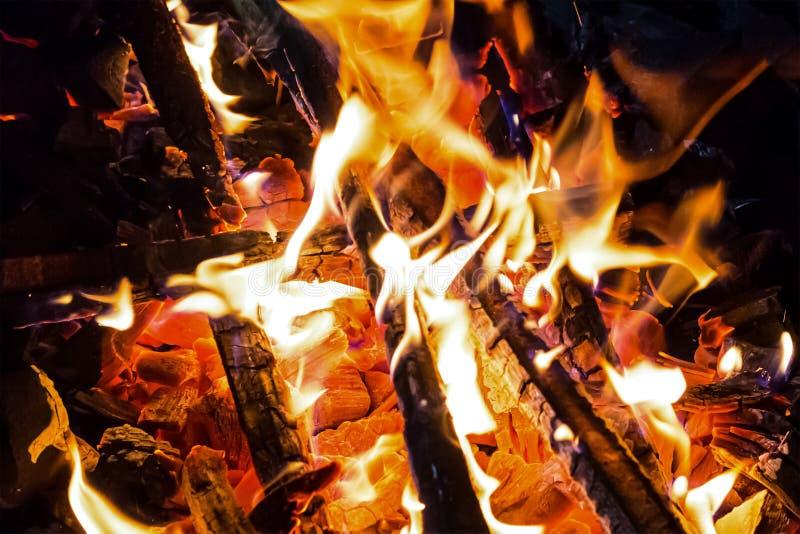 Da fundação quente encarnado brilhante de carvão da textura do fogo do teste padrão cozinheiro alaranjado do projeto da língua em imagens de stock royalty free