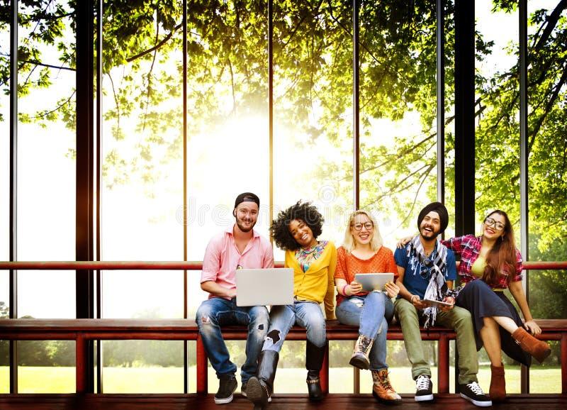 Da juventude dos amigos da amizade da tecnologia conceito junto foto de stock