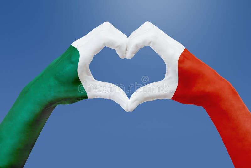 Da la bandera de México, forma un corazón Concepto de símbolo del país, en el cielo azul fotografía de archivo libre de regalías
