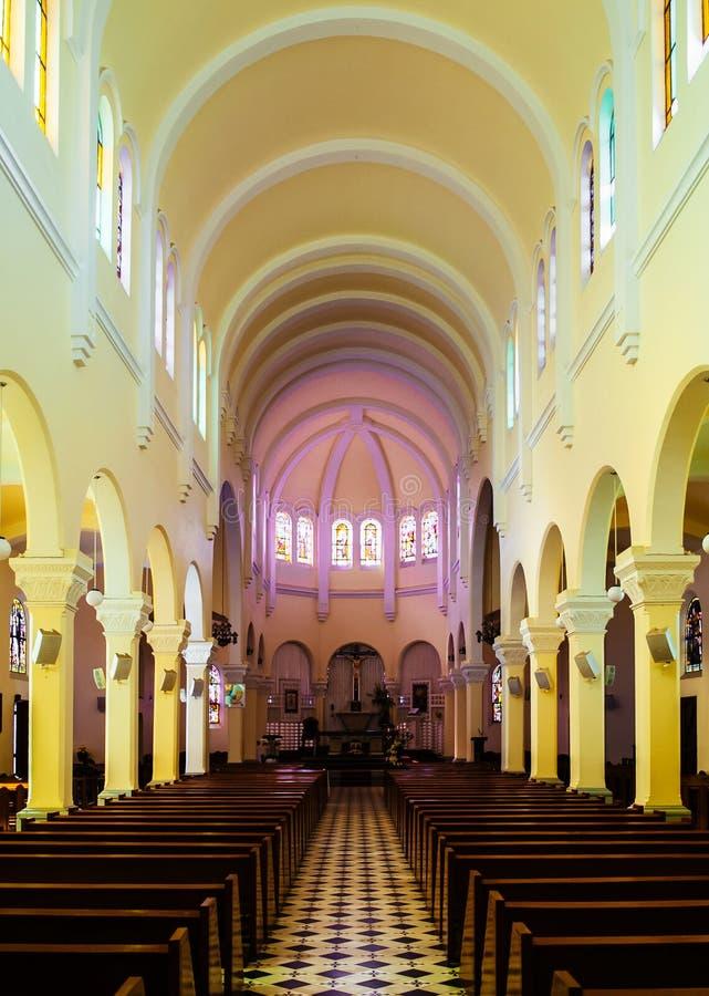 DA-Lat-Kathedralengebetshalle mit hölzernen Sitzen lizenzfreie stockbilder