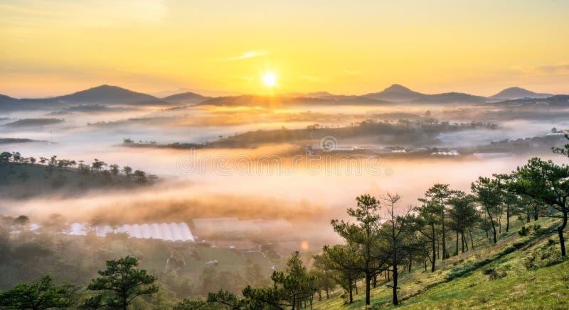 Da-lat, Lam Dong, Vietnam februari 12, 2017: beautyful landskap av da-latstaden, en liten vietnamesisk pagod i dimma och sörjakul royaltyfri fotografi