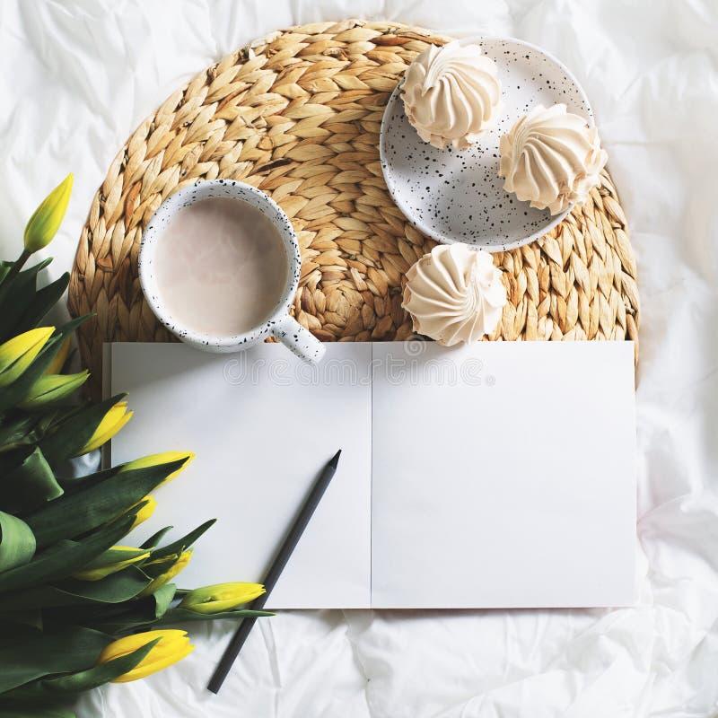 Da manhã a vida ainda com o copo do coffe, as tulipas e o esboço registram fotos de stock
