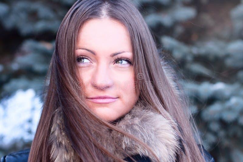 Da menina estilo de vida bonito da forma do inverno fora, parque de lazer, estudante feliz de sorriso da mulher do retrato fotos de stock