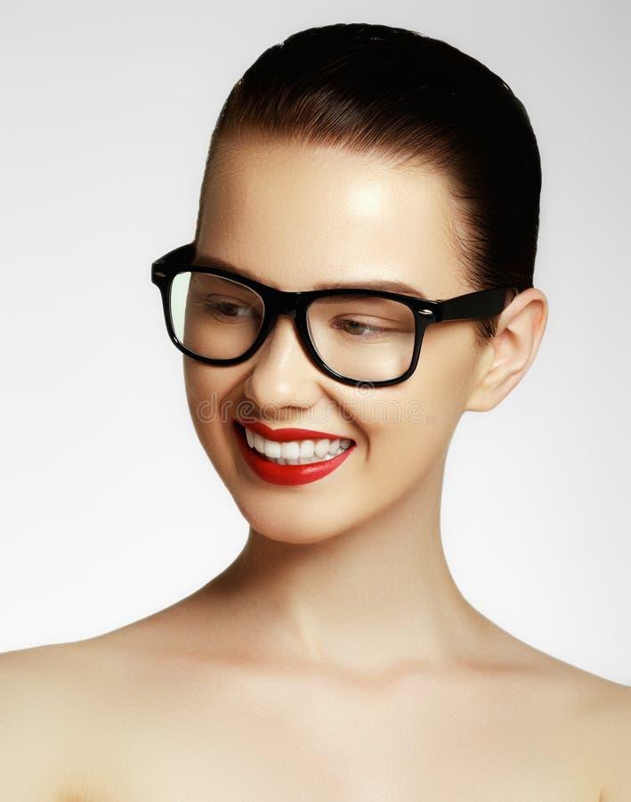 Da menina 'sexy' do modelo de forma da beleza vidros vestindo, isolados no fundo branco Mulher moreno nova bonita com na moda imagens de stock royalty free