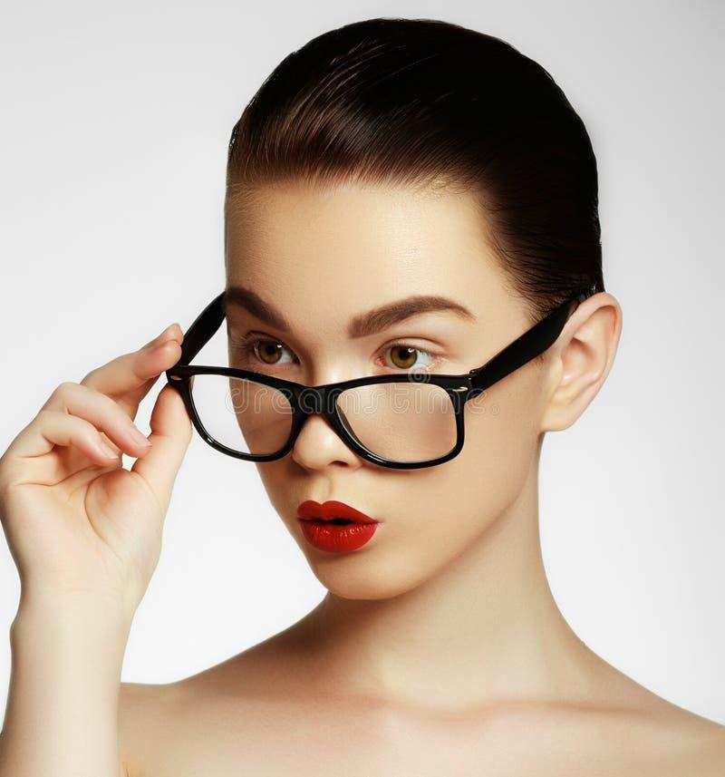 Da menina 'sexy' do modelo de forma da beleza vidros vestindo, isolados no fundo branco Mulher moreno nova bonita com na moda imagens de stock