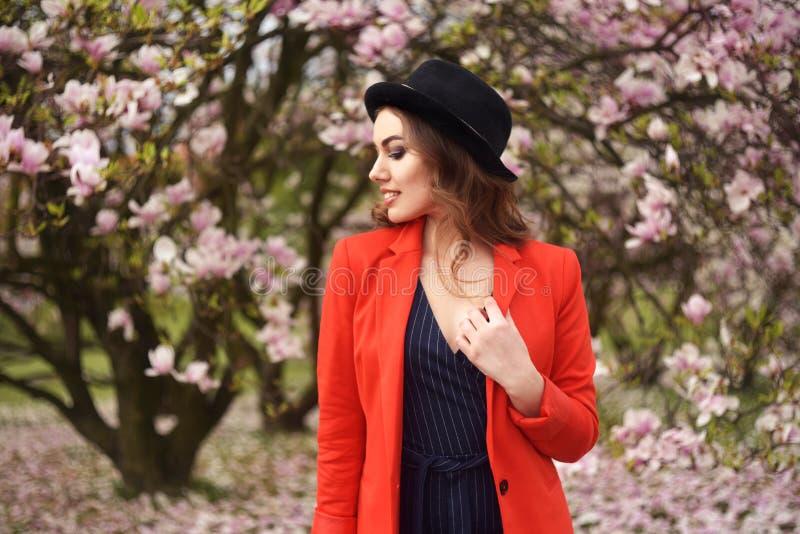 Da mola da forma da menina retrato fora em árvores de florescência Mulher romântica da beleza nas flores Senhora sensual que apre foto de stock