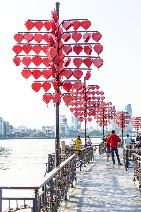 DA NANG, ВЬЕТНАМ, 1-ое мая 2018: Закройте вверх по дереву сердца и полюбите мост около моста Rong моста реки дракона в заходе сол стоковая фотография