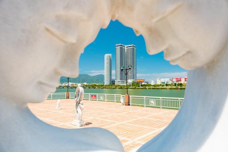 Da Nang, Vietnam: de Han River-dijk, een mening door een marmeren beeldhouwwerk die een gelukkige man & een vrouw in liefde afsch stock fotografie