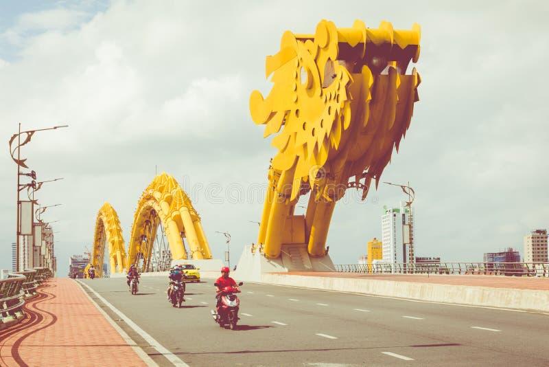 DA NANG, VIETNAM - 25 DE NOVIEMBRE DE 2018: Puente Cua Rong del dragón foto de archivo