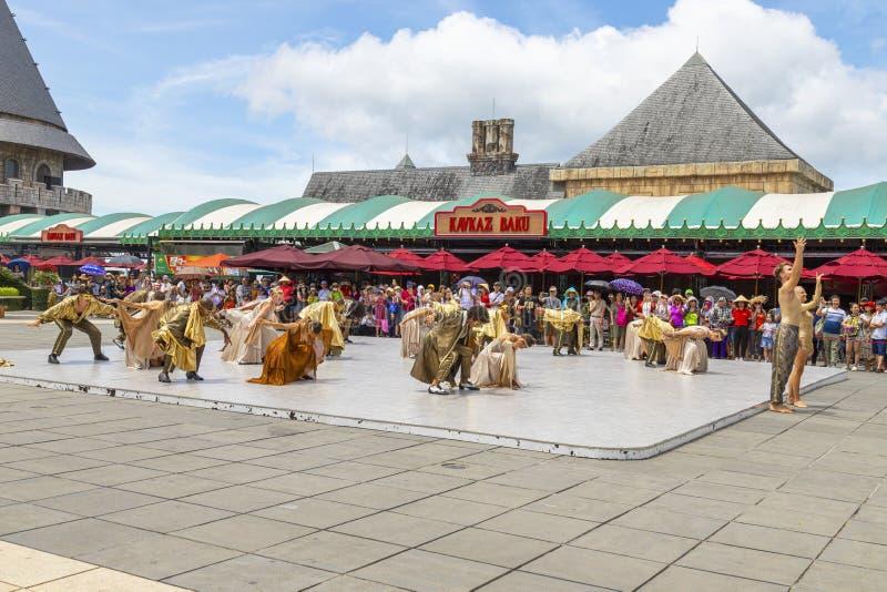 Da Nang, Vietnam JUNI, 24, 2019 Französische Tanzshow der Männer und der Frauen auf Bana-hil stockfoto