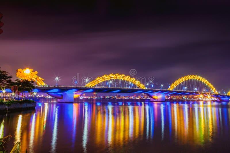DA NANG, VIETNAM - 19. MÄRZ 2017: Dragon Bridge nachts im Da Nang, Vietnam Schönes Foto der modernen Stadt in der Nacht lizenzfreies stockbild