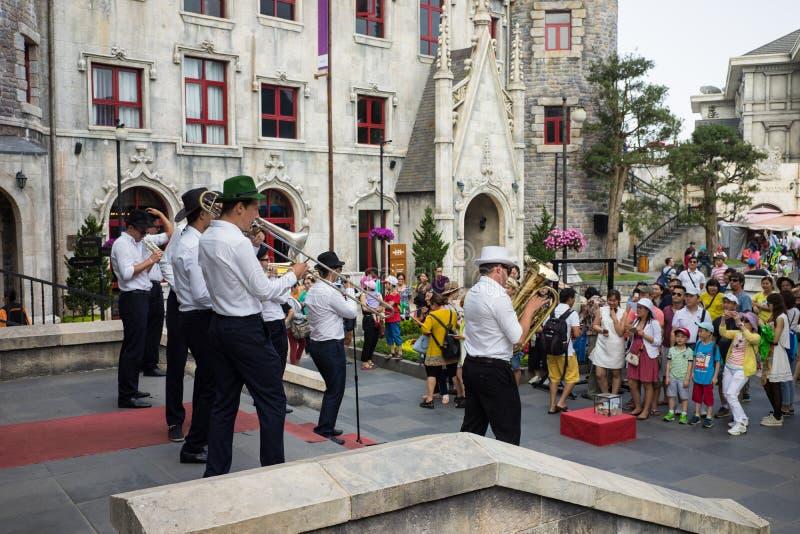 Da Nang Wietnam, Apr, - 2, 2016: Uliczna muzyk grupa w półdupka Na wzgórzy Halnym kurorcie pozioma kompleks wypełniał z amusemen fotografia royalty free