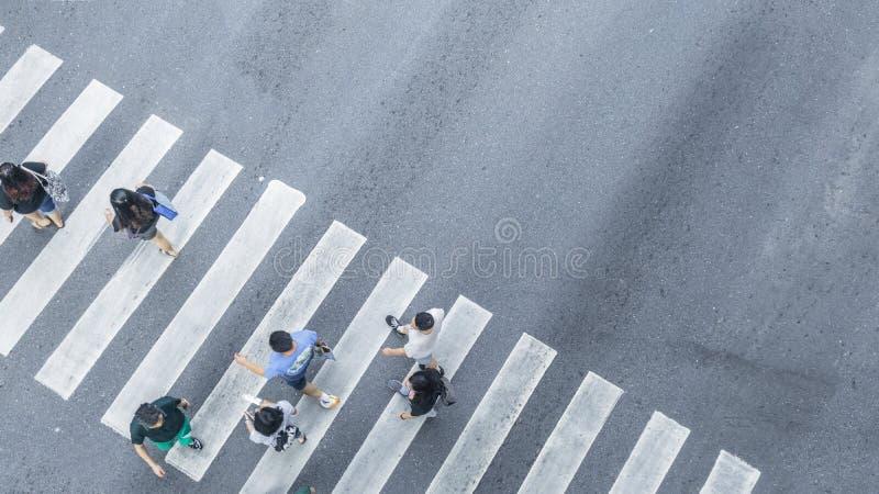 Da opinião da parte superior transversalmente os povos ande no pedestr da rua imagens de stock
