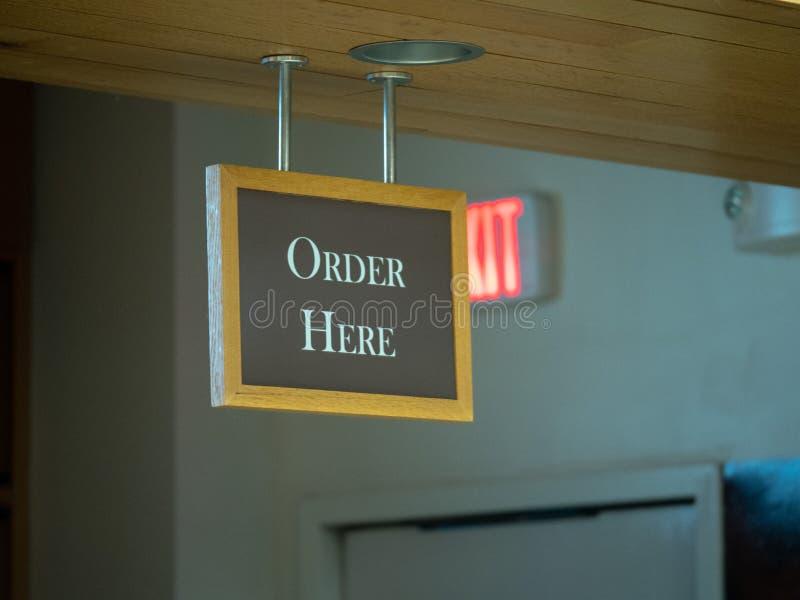 Da ordem sinal aqui que pendura da parte superior de uma linha pedindo do restaurante imagens de stock royalty free