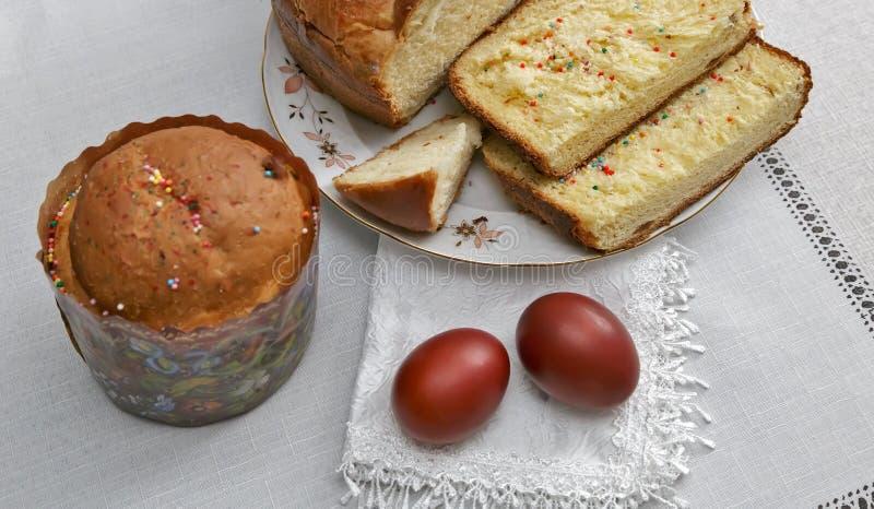 Da Páscoa vida ainda: os ovos pintados no guardanapo e no bolo imagem de stock