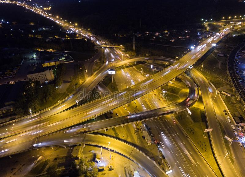 Da parte superior ideia aérea vertical para baixo do tráfego no intercâmbio da autoestrada na noite fotos de stock royalty free