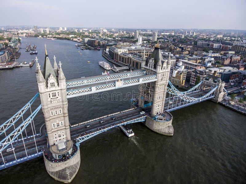 Da ponte histórica da torre da cidade de Londres tiro aéreo 2 fotos de stock