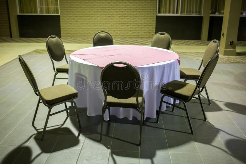 Da portare in tavola rotondo vuoto per pranzare immagine stock
