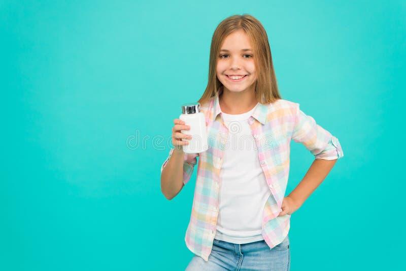 Da posse longa do cabelo da menina a garrafa plástica com medicinas copia o espaço Adicione a vitamina a sua ração Precise suplem fotos de stock royalty free