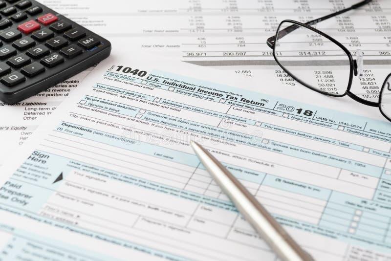 da renda formulário 1040 de declaração de rendimentos com pena, calculadora e vidros imagem de stock