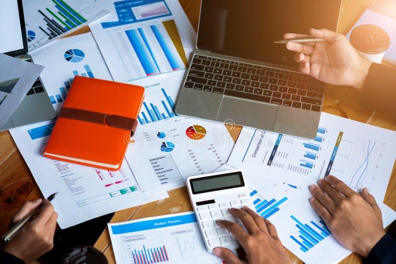 Da reunião executivos do orçamento do planeamento e o custo, conceito da análise da estratégia, reunião usando o laptop, calculad imagens de stock