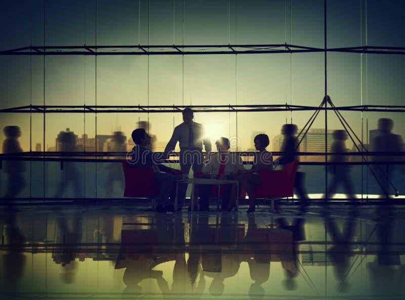 Da reunião incorporada de uma comunicação executivos do conceito do escritório imagem de stock royalty free